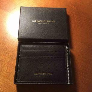 Korthållare från märket Alexander Frank. Aldrig använd och ligger kvar i orginalboxen. Såklart inga skador eller liknande.
