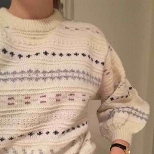 Stickad tröja med ballongarmar