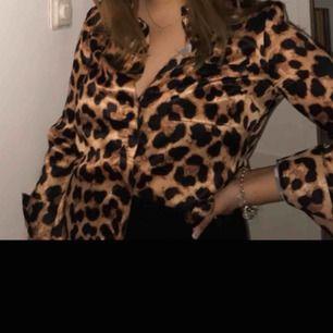 Fin leopardskjorta i glansigt material. Nypris 400kr använd vid fåtal tillfällen