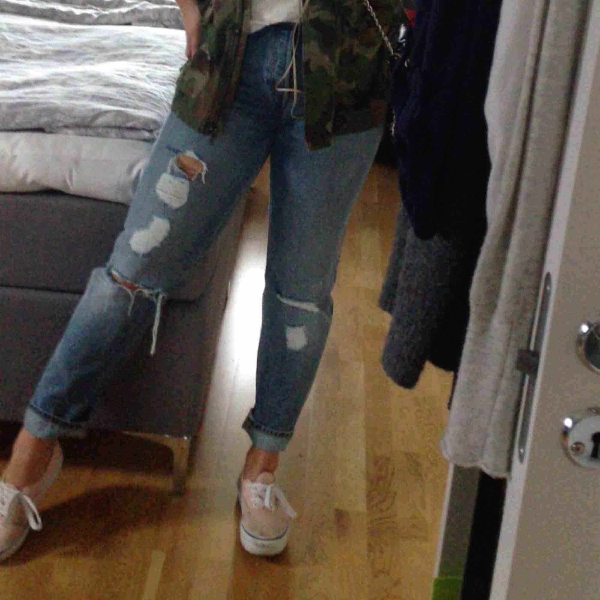Byxor från monki med slitningar.. Jeans & Byxor.