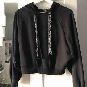 Snygg, helt oanvänd hoodie från Nelly med strassdetaljer på banden.   Priset kan diskuteras!