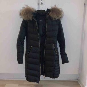Säljer nu min långa Rock and Blue jacka i storlek 36 pga ingen användning längre. Endast använd 1 vinter så den är i bra skick och det är äkta päls på luvan.Kan mötas upp i Helsingborg annars står köparen för frakten. Nypris 4000kr.