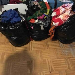 Tre säckar kläder för 320 Allt eller inget. Mkt bohemiskt, klänningar. Men även annatHämtas i Farsta