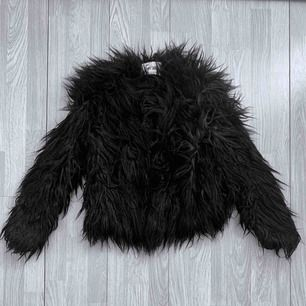 Svart faux fur jacka från Dry Lake storlek XS, fint skick.  Möts upp i Stockholm eller fraktar. Frakt kostar 63kr extra, postar med videobevis/bildbevis. Jag garanterar en snabb pålitlig affär!✨
