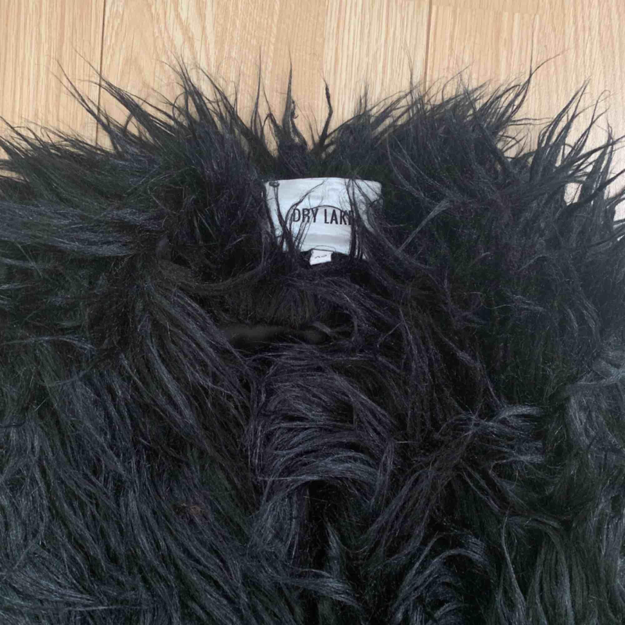 Svart faux fur jacka från Dry Lake storlek XS, fint skick.  Möts upp i Stockholm eller fraktar. Frakt kostar 63kr extra, postar med videobevis/bildbevis. Jag garanterar en snabb pålitlig affär!✨. Jackor.