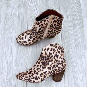 Låga klackar med leopard mönster storlek 37, bra skick. Nypris 399kr  Möts upp i Stockholm eller fraktar. Frakt kostar 63kr extra, postar med videobevis/bildbevis. Jag garanterar en snabb pålitlig affär!✨