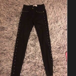 Jätte snygga svarta byxor från Raglady med slitning längst ner , endast använd 1 gång