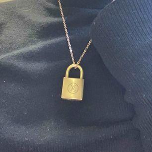 Här har du ett äkta Louis vitton lås med en guldkedja.  Nu har du ett trendigt halsband som dessutom är äkta.  Frakt ingår