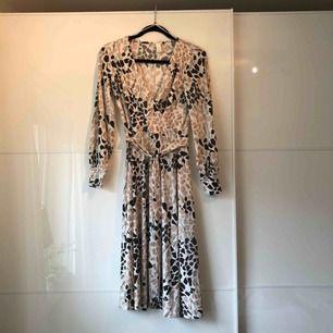 Supersöt klänning! Använd en gång på dop! Frakt 18kr🌸
