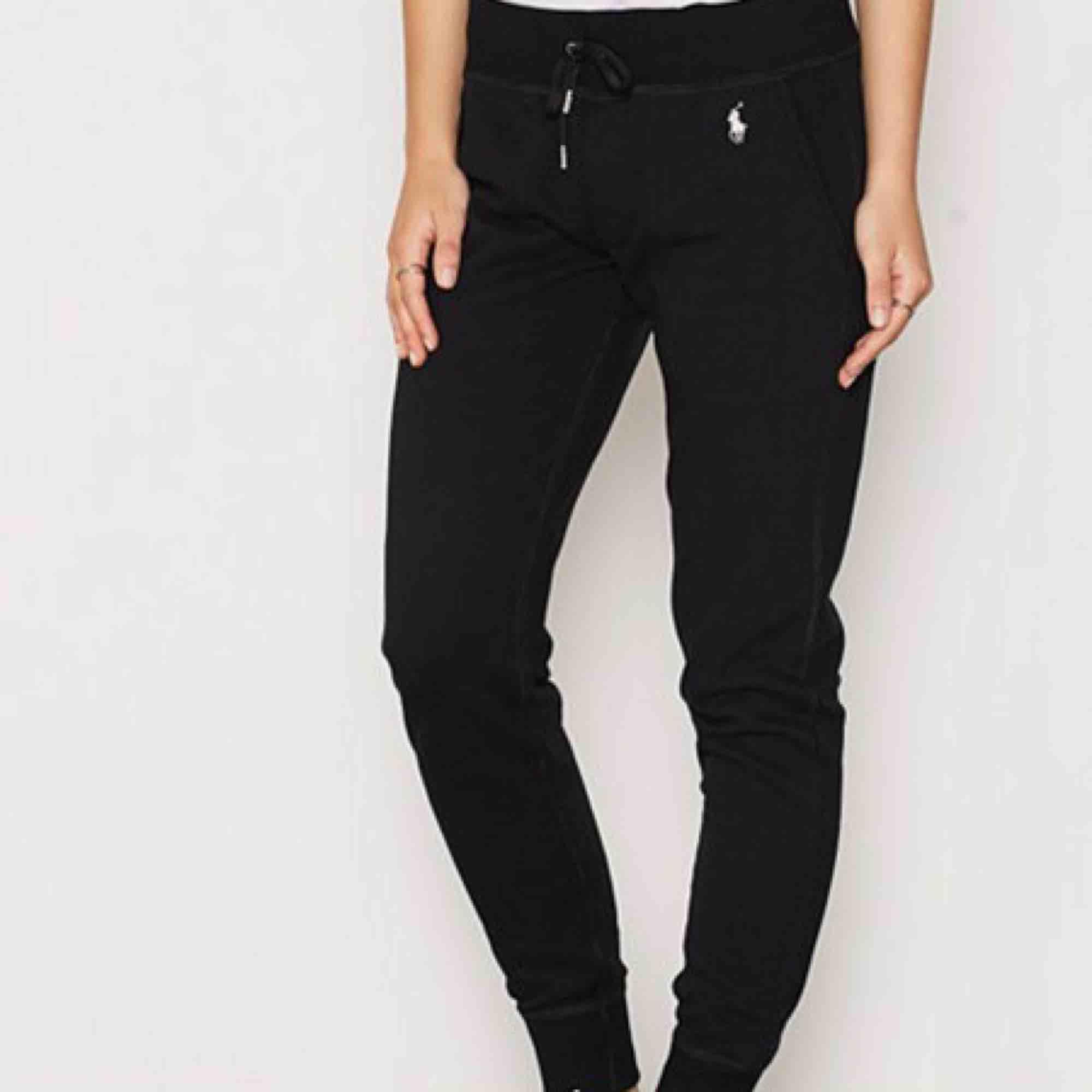 SÖKER !!!!!! Hör av er ifall ni har Nike eller adidas byxorna som finns i bilden i storlek M/L!!!!. Jeans & Byxor.