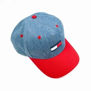 Unisex Tommy Hilfiger denim cap with red brim Measurements: Circumference: ca 55 cm, can be adjusted to be bigger Brim: 6.5 Free shipping! Read the full description at our website majorunit.com No returns