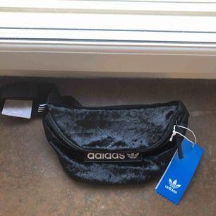 En fannypack/magväska från Adidas. Helt ny med tags! Finnes på Södermalm, Stockholm. Kan postas men då står Du för frakten, (42kr). Mvh Marija