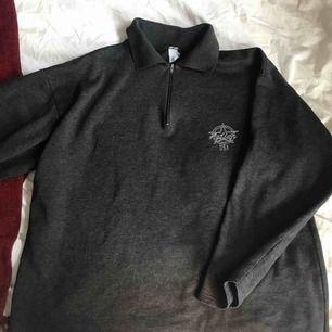 Thriftad tröja från humana!!! Så ball oversized ✌️✌️Passar upp till M skulle jag säga! Riktig skaterstyle på denna och säljer då jag inte passar i den längre!