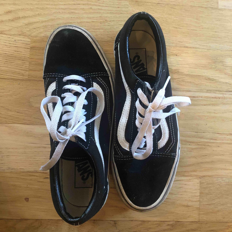 ett par old school vans, använda fåtal gånger. säljer dem för att det är fel storlek för mig. Skor.