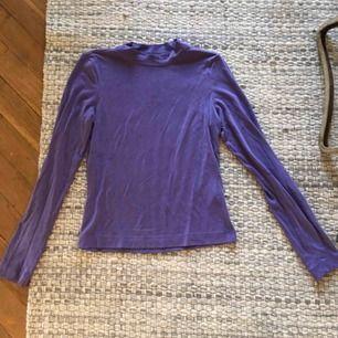 Fin lila tröja i sjukt skönt material, använd fåtal gånger är därför i väldigt gott skick. Gillar den mycket men passar mig inte riktigt.   Frakt ingår ej i priset. Betala fraktkostnad (ca 50kr) eller möt upp i Sthlm.