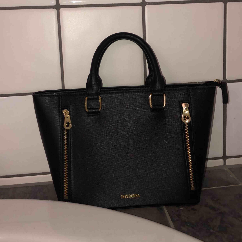 Väldigt fin svart Don Donna väska! Är i bra skick, knappt använd.. Väskor.