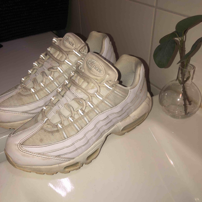 Vita air Max 95. Använda men fortf bra skick! Två små fläckar på vänster sko bara, går säkert bort om man tvättar de. 100kr frakt ingår. Passa på!👀💯. Skor.