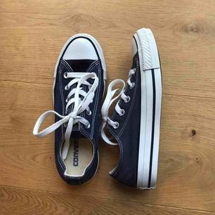 Låga marinblå/mörkblå Converse. Använda ett fåtal gånger, är i bra skick. Kan mötas upp eller frakta, frakt tillkommer! 🧡
