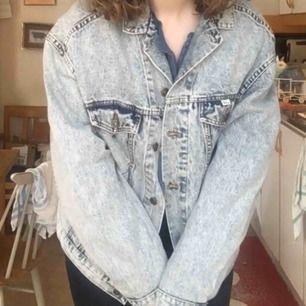 En skitball oversized jeansjacka i washed denim. Den är i extremt bra skick då jag endast använt den ett fåtal gånger på grund av att den inte riktigt passar på mig! Säljer den lite billigare då det inte är riktigt säsong för jeansjackor. Tar emot swish!