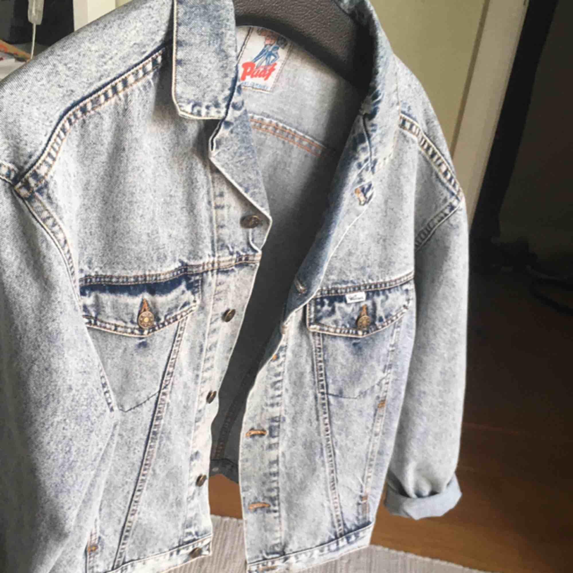 En skitball oversized jeansjacka i washed denim. Den är i extremt bra skick då jag endast använt den ett fåtal gånger på grund av att den inte riktigt passar på mig! Säljer den lite billigare då det inte är riktigt säsong för jeansjackor. Tar emot swish!. Jackor.