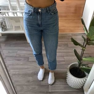 Ett par Mom jeans från Gina tricot. Strl 36, använda några gånger men är väldigt fint skick. Frakt ingår i priset.