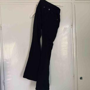 Svarta dr denim jeans med vida ben. Aldrig använda. Strl S