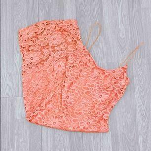 Rosa Maxi klänning från river island storlek 36 i fint skick.  Möts upp i Stockholm eller fraktar.  Frakt kostar 59kr extra, postar med videobevis/bildbevis. Jag garanterar en snabb pålitlig affär!✨