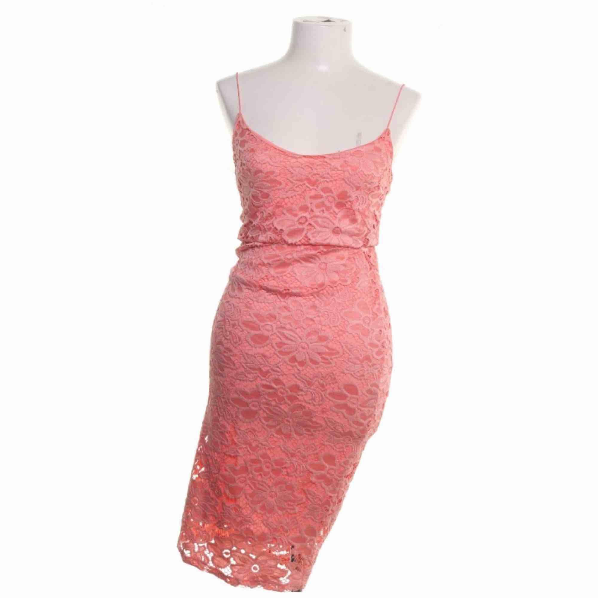 Rosa Maxi klänning från river island storlek 36 i fint skick.  Möts upp i Stockholm eller fraktar.  Frakt kostar 59kr extra, postar med videobevis/bildbevis. Jag garanterar en snabb pålitlig affär!✨. Klänningar.