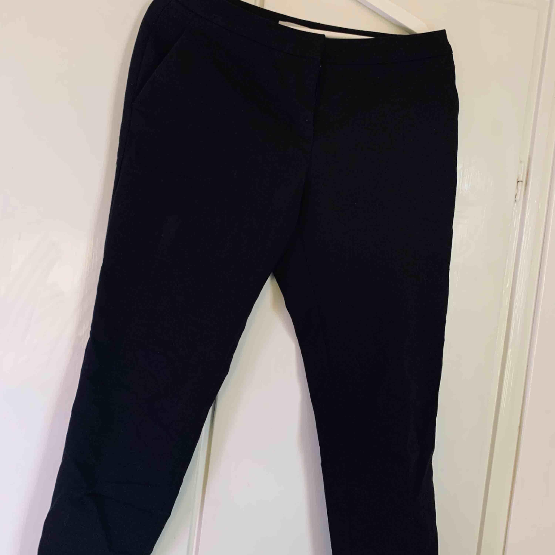 Svarta slacks från H&M, i strl 38. Jeans & Byxor.