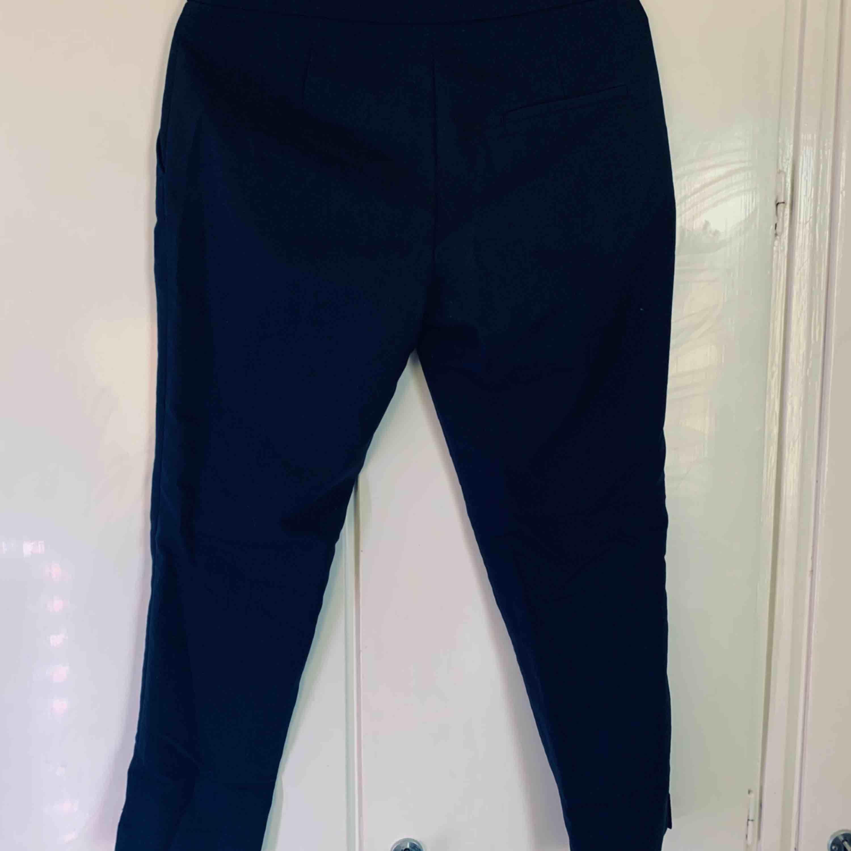Marinblåa slacks från H&M, i strl 38. Jeans & Byxor.