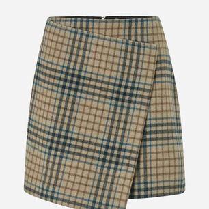Helt ny oanvänd kjol från Dagmar. Nypris 1500kr. I ett lite tjockare tyg, så perfekt för vintern ;)