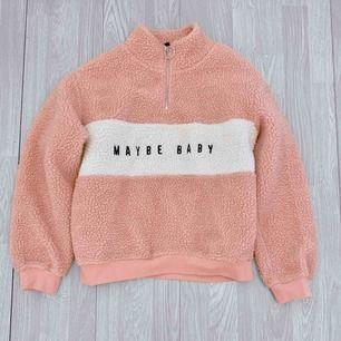 Mysig rosa/vit teddy tröja från HM storlek XS. Fint skick.  Möts upp i Stockholm eller fraktar.  Frakt kostar 63kr extra, postar med videobevis/bildbevis. Jag garanterar en snabb pålitlig affär!✨