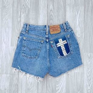 Högmidjade blå ripped Levis shorts med nitar storlek S.  Möts upp i Stockholm eller fraktar.  Frakt kostar 59kr extra, postar med videobevis/bildbevis. Jag garanterar en snabb pålitlig affär!✨
