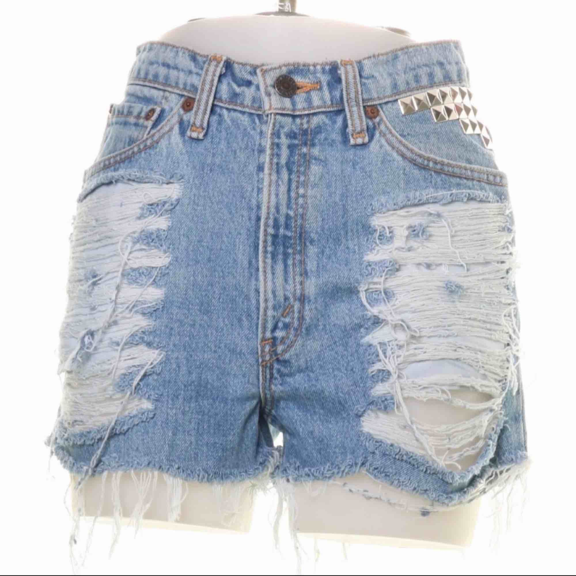 Högmidjade blå ripped Levis shorts med nitar storlek S.  Möts upp i Stockholm eller fraktar.  Frakt kostar 59kr extra, postar med videobevis/bildbevis. Jag garanterar en snabb pålitlig affär!✨. Shorts.