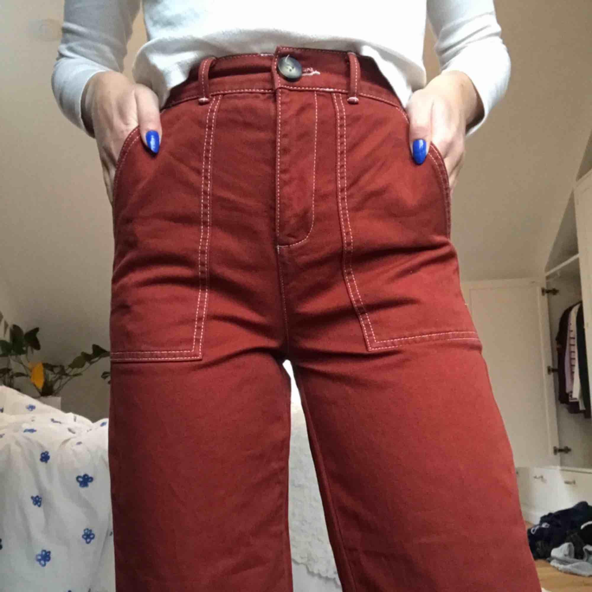 Supersnygga röda jeans med vita sömmar från Urban Outfitters, som tyvärr inte kommer till användning av mig.  Kan mötas upp eller frakta, frakt tillkommer!🧡. Jeans & Byxor.