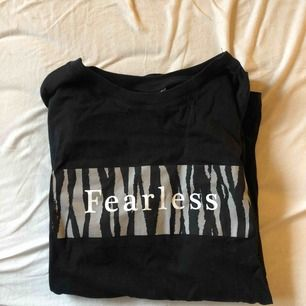 Jätte fin och skön t-shirt ifrån Gina Tricot! Aldrig använd!!! Därför jag säljer den då den inte kommer till användning! 🦋🖤  Köparen står för frakt!!