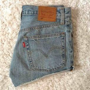 Jeansshorts från Levis. Modell 501. Bra skick, kommer tyvärr inte till användning av mig.  Kan mötas upp eller frakta, frakt tillkommer!🧡