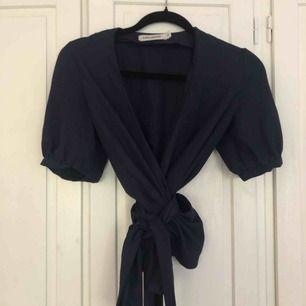 Superfin wrap-blouse i marinblått från carin Wester! Storlek S, kan mötas i gamla stan eller posta 🌞