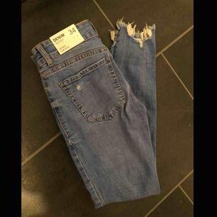 Jeans från bershka oanvända! Storlek 34. Är för kort för dom. (148cm)  Kan skickas mot frakt 44kr.