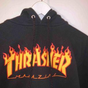 Svart hoodie från Trasher, fint skick. Köpt från Hollywood.se  Säljs för den aldrig kommer till användning.