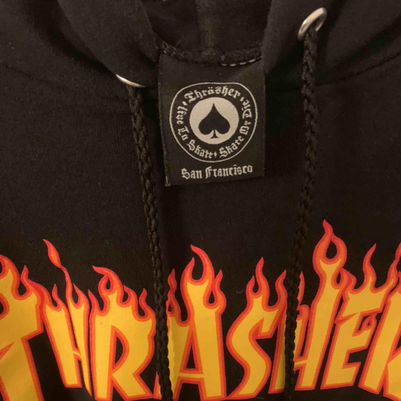 Svart hoodie från Trasher, fint skick. Köpt från Hollywood.se  Säljs för den aldrig kommer till användning. . Huvtröjor & Träningströjor.