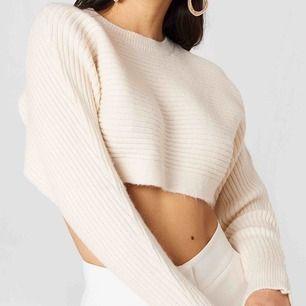 Beige cropped batwing sweater ifrån Na-kd, slutsåld i alla storlekar. Frakt kostar ca 50kr, nypris ca 350kr. Har även denna i rött, väldigt cropped så passar även XS.