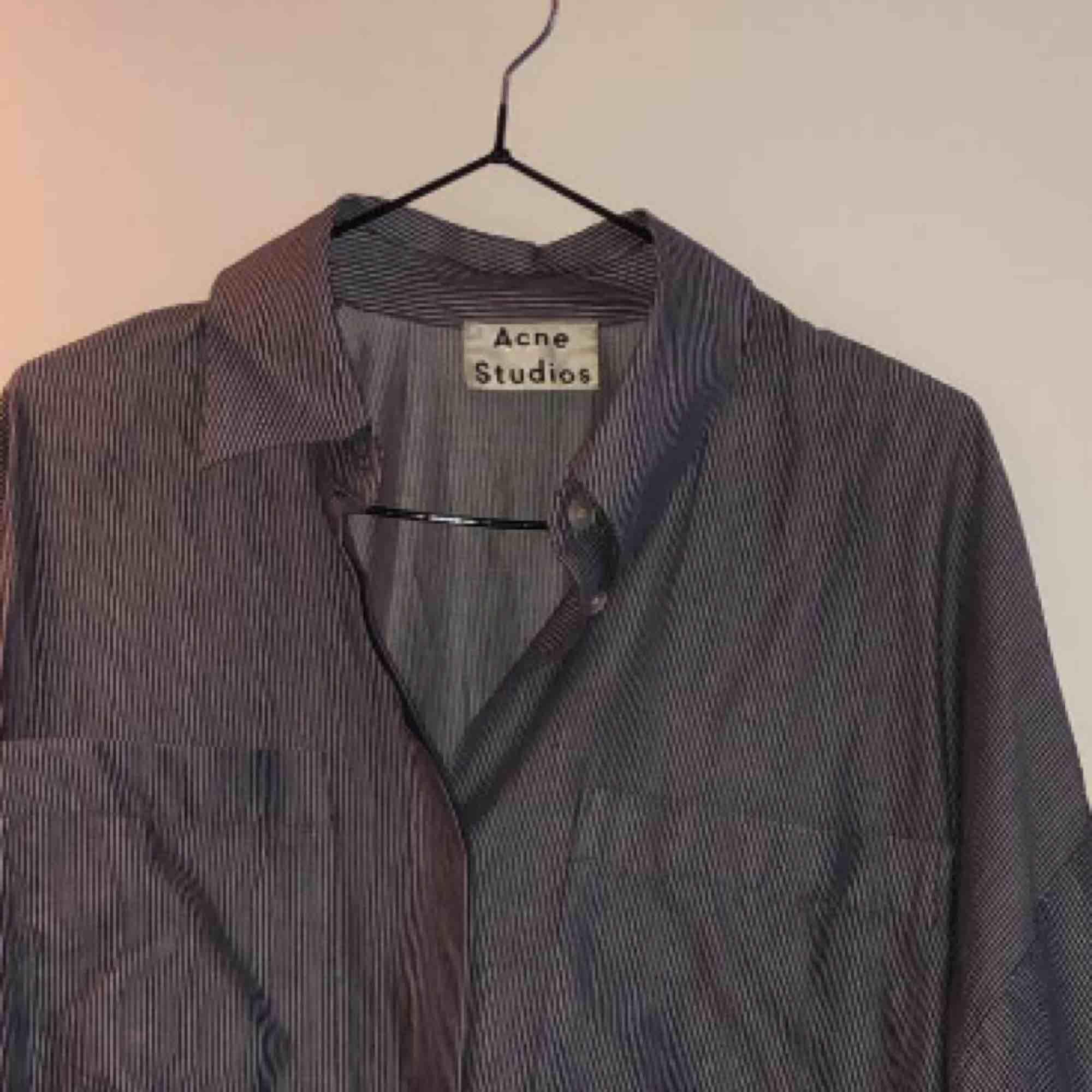 Acne skjorta. Randig. Over sized. . Skjortor.