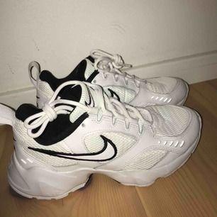 Nike Heights, köpta för ett tag sedan men har aldrig blivit använda, tyvärr. De är endast testade inomhus och aldrig varit utomhus. Så exakt som nya😊