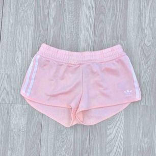 Rosa adidas shorts storlek 38, fint skick.  Möts upp i Stockholm eller fraktar.  Frakt kostar 54kr extra, postar med videobevis/bildbevis. Jag garanterar en snabb pålitlig affär!✨