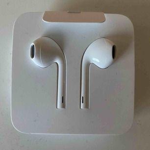 Helt nya original hörlurar ifrån Apple.