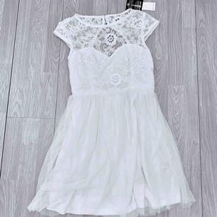 NY vit klänning med spetsdetaljer från Nelly storlek 38.  Möts upp i Stockholm eller fraktar.  Frakt kostar 59kr extra, postar med videobevis/bildbevis. Jag garanterar en snabb pålitlig affär!✨