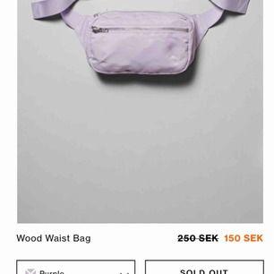 Slutsåld väska från Weekday i ljuslila färg Fint skick o få gånger använd