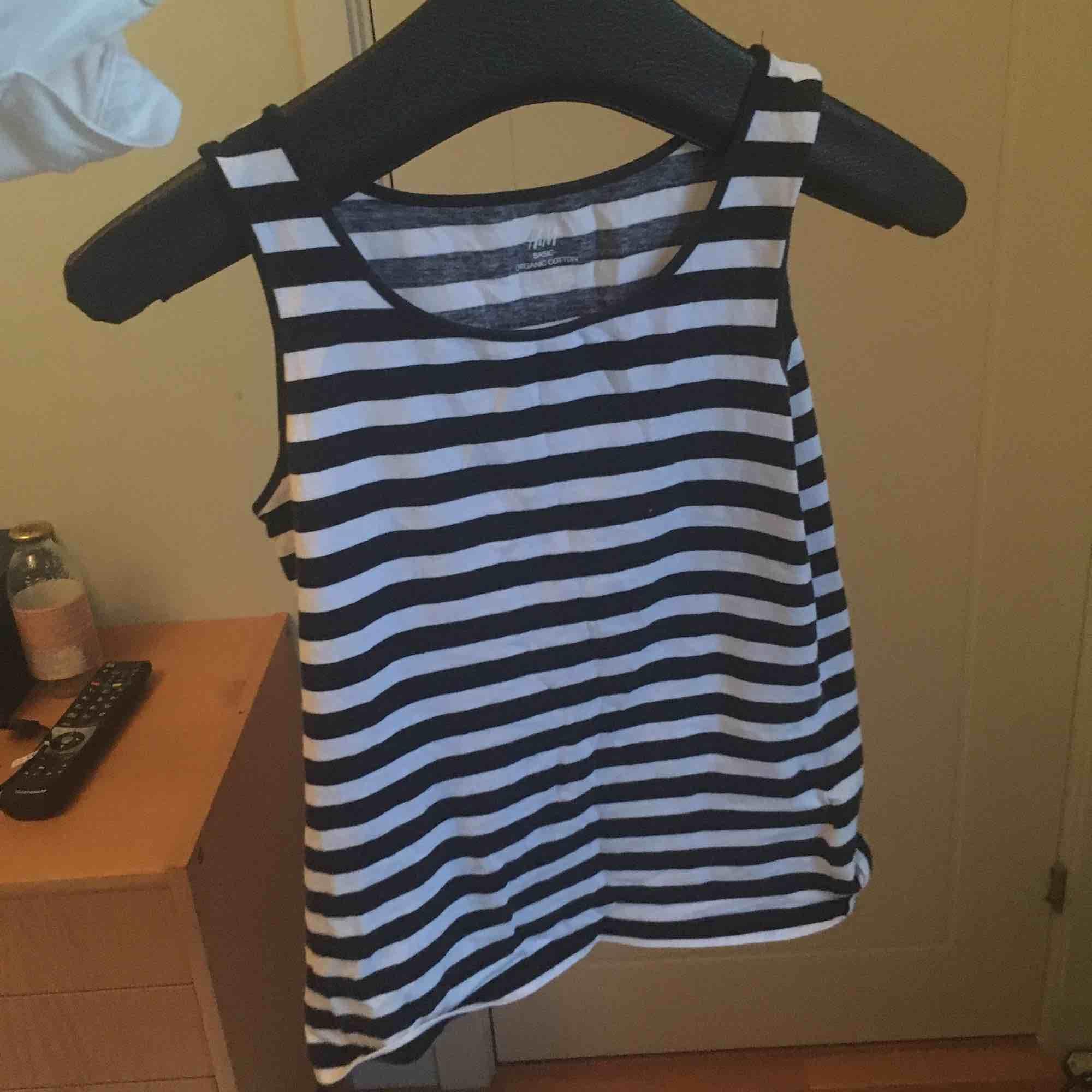 Ett ballt randigt linne från H&M, passar nästan för alla storlekar beroende på hur du vill att det ska sitta! Linnet är verkligen i toppskick och det vita är inte alls genomskinligt :) Tar emot swish! . Toppar.