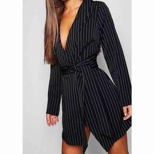 Sjukt snygg klänning som var tänkt att ha på nyår, men hittade en annan och säljer därför denna (prislapp kvar). Petite i storleken vilket betyder att den bäst passar dig som är 160 cm el kortare. 100kr+frakt